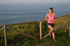 Расслабленная sporty женщина после тренировки стоковая фотография rf