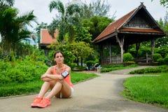 Расслабленная sporty женщина принимая остатки разминки Стоковое Изображение RF