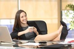 Расслабленное планирование коммерсантки на офисе Стоковое Изображение