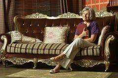 Расслабленное усаживание бабушки Стоковые Фотографии RF