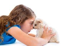 Расслабленные девушка ребенк и чихуахуа щенка выслеживают лежать Стоковая Фотография RF