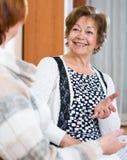 Расслабленные женские пенсионеры беседуя и усмехаясь крытые Стоковые Изображения