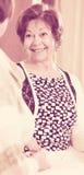 Расслабленные женские пенсионеры беседуя и усмехаясь крытые Стоковое Изображение RF