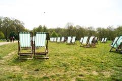 Расслабленные зеленые стулья на теплом после полудня лета Стоковые Изображения