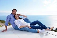 Расслабленные молодые пары дома стоковая фотография