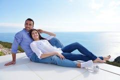 Расслабленные молодые пары дома стоковое фото rf