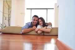 Расслабленные молодые пары дома стоковые изображения rf