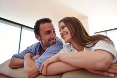 Расслабленные молодые пары дома стоковое фото