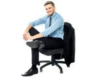 Расслабленный бизнесмен представляя вскользь стоковое изображение
