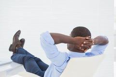 Расслабленный бизнесмен с его ногами вверх стоковая фотография