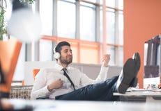 Расслабленный молодой бизнесмен на офисе Стоковая Фотография
