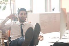 Расслабленный молодой бизнесмен на офисе Стоковое фото RF