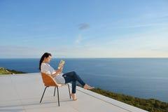 Расслабленный молодой человек дома на балконе стоковое изображение