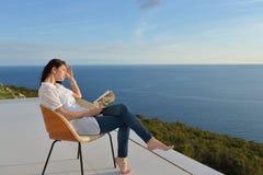 Расслабленный молодой человек дома на балконе стоковые фото
