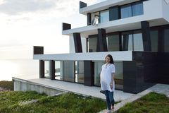 Расслабленный молодой человек дома на балконе стоковое фото