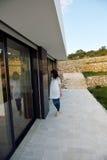 Расслабленный молодой человек дома на балконе стоковые изображения rf
