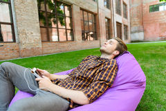 Расслабленный парень отдыхая с мелодией стоковое фото rf