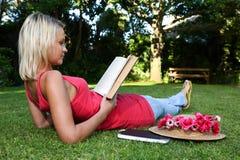Расслабленный читатель Otdoors книги Стоковое Изображение