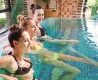 3 расслабленных женщины в бассейне Стоковые Изображения