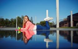 Расслабляющая девушка наслаждается outdoors на красивом дне Стоковые Фото