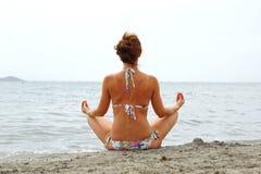 Расслабляющая женщина на взморье Стоковое Изображение RF