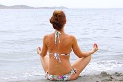 Расслабляющая женщина на взморье Стоковое Фото