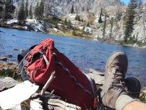 Расслабляющее близко озеро гор Стоковая Фотография