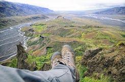 Расслабляющее время на уступе горы, наслаждаясь красивым v Стоковая Фотография