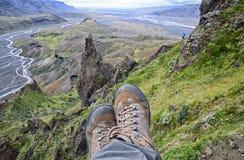 Расслабляющее время на уступе горы, наслаждаясь долиной красивого вида Стоковые Изображения