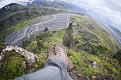 Расслабляющее время на уступе горы, наслаждаясь долиной красивого вида в Thorsmork Стоковое Изображение RF