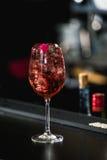 расслабляющее спиртное розовое coctail с розой на верхней части Стоковые Изображения RF