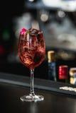 расслабляющее спиртное розовое coctail с розой на верхней части Стоковое Фото