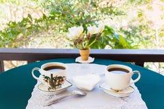 Расслабляющие время и счастье с 2 чашками черного кофе с сахаром Стоковое фото RF