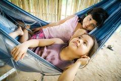 Расслабляющие девушки в гамаке в Боливии Стоковые Фото