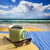 Расслабляющий взгляд с кофе стоковая фотография rf