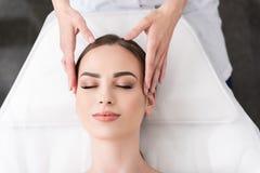 Расслабляющий лицевой массаж на салоне курорта стоковое фото rf