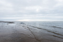 Расслабляющий и нежный утихомиривать развевает пропускать в пляж на хмурый день overcast стоковое изображение