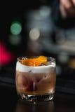 Расслабляющий коктеиль на предпосылке бара Стоковые Изображения RF