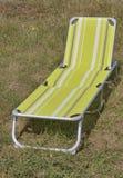 Расслабляющий стул готовый для использования на траве Стоковая Фотография RF
