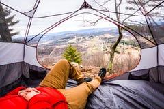 Расслабляющий Hiker принимая его все внутри Стоковая Фотография RF