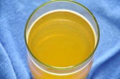 Растворение порошка вкуса электролита оранжевое в пресноводном Стоковые Изображения RF