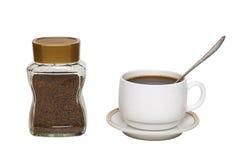 Растворимый кофе в стеклянной банк-душистой и белой чашке стоковая фотография