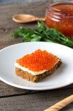 Растительность масла плиты икры сандвича salmon Стоковые Фото