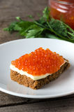 Растительность масла плиты salmon икры сандвича круглая Стоковое Фото