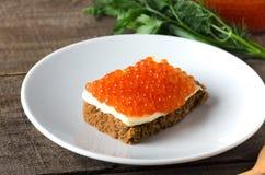 Растительность плиты salmon икры сандвича белая Стоковое Изображение