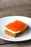 Растительность масла плиты salmon икры сандвича круглая Стоковая Фотография RF