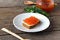 Растительность плиты salmon икры сандвича белая Стоковые Изображения RF