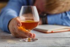 Расточительствованный на адвокатском сословии после ночи выпивать стоковые фотографии rf