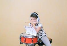 Расточка девушки ребенка путем сидеть и учит счеты барабанчика Стоковая Фотография RF