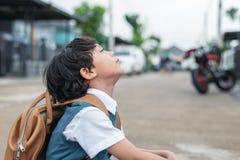 Расточка мальчика, который нужно пойти обучить в утре Havi студентов детей стоковое фото rf